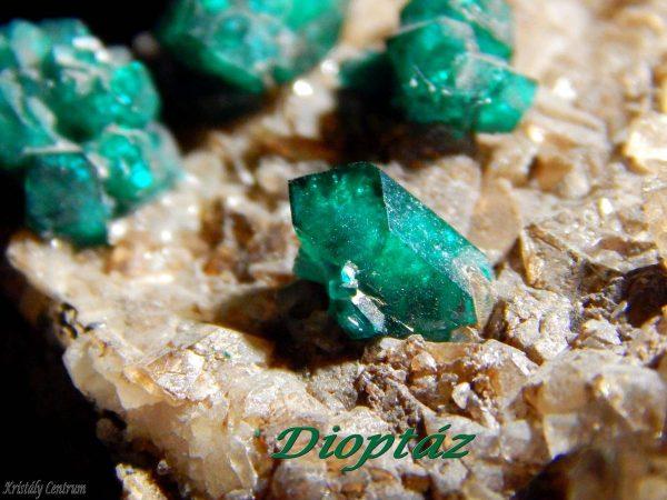 Dioptáz kristályok kalciton - Altyn Tjube, Kazahsztán