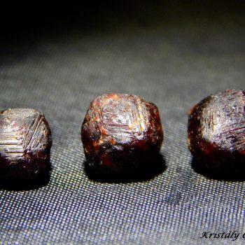Almandin gránát kristályok (mosott) - Börzsöny, Magyarország