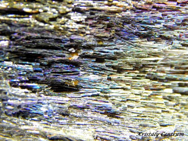 Berthierit kristályok színes futtatással