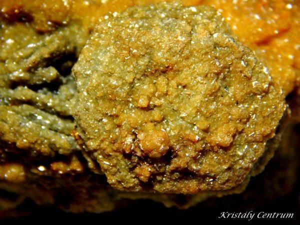 Pirrhotin kristály vasas kalcittal fedve