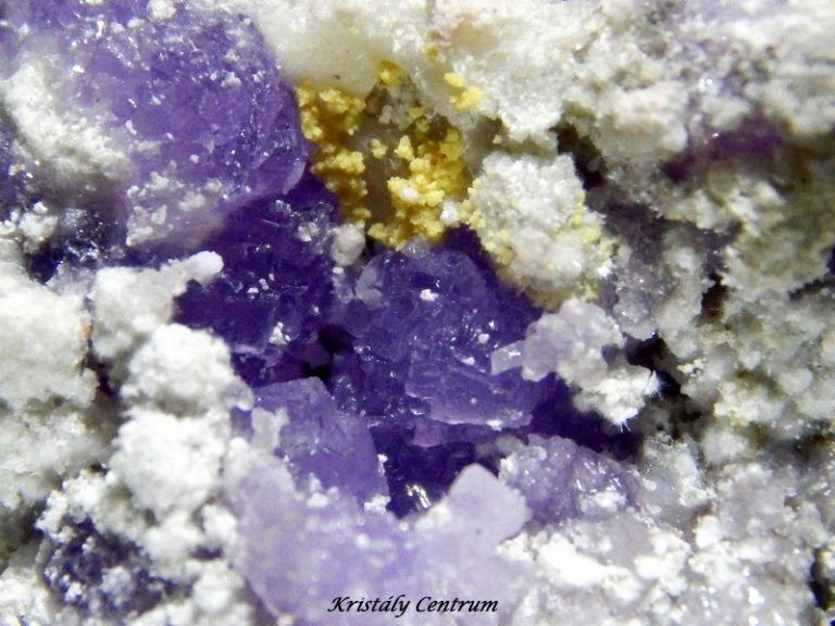 Coquimbit (lila), copiapit (sárga), halotrichit (világos szürke) - Mátraszentimre, Magyarország